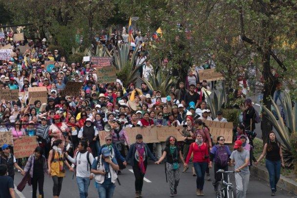 rsz_ecuador-mujeres_marchando